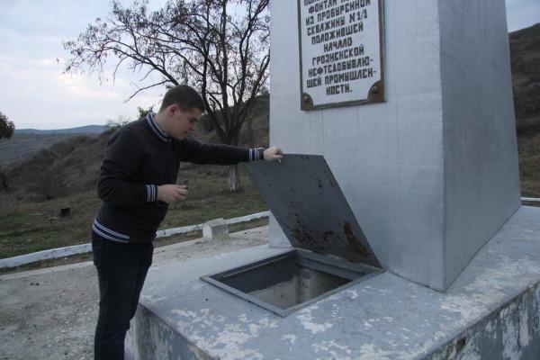 памятник-нефтяной-скважине-Грозненские-нефтепромыслы