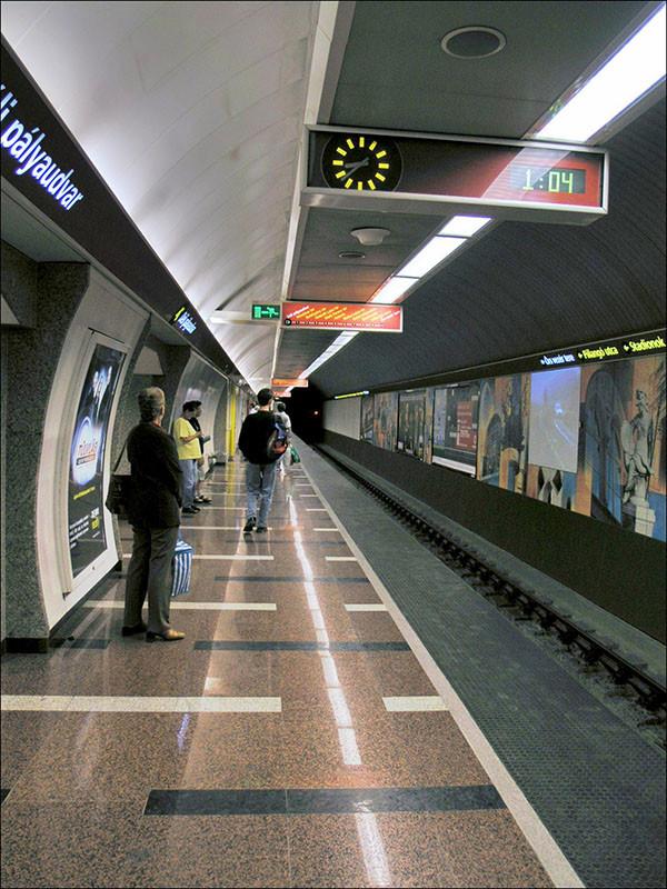 Hungary,_Budapest_-_metro_station_Deli_palyandvar_1