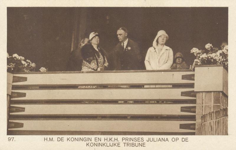 Королева Нидерландов Вильгельмина и принцесса Юлиана на олимпийской трибуне. Почтовая открытка Нидерландов