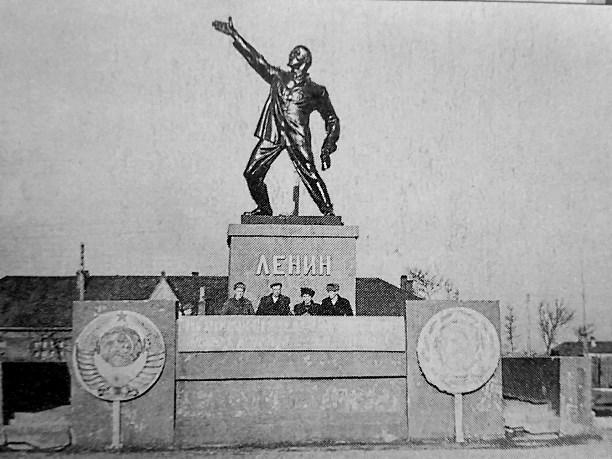 Шадр. Памятник Ленину на Сахалине как бы другой