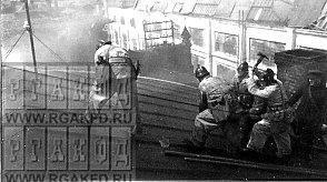бойцы заводской пожарной команды тушат пожар.jpg