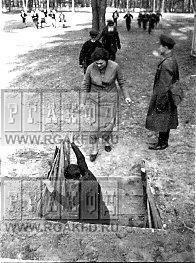 Жители Мытищ во время учений по ГО идут укрываться во временные бомбоубежища.jpg