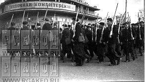 Члены ОСОАВИАХИМа г.Мытищи во время учений по ГО_ у  булочной-кондитерской.png