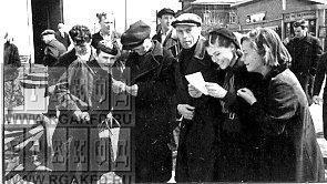 Жители Мытищ читают сброшенные с самолёта листовки.jpg