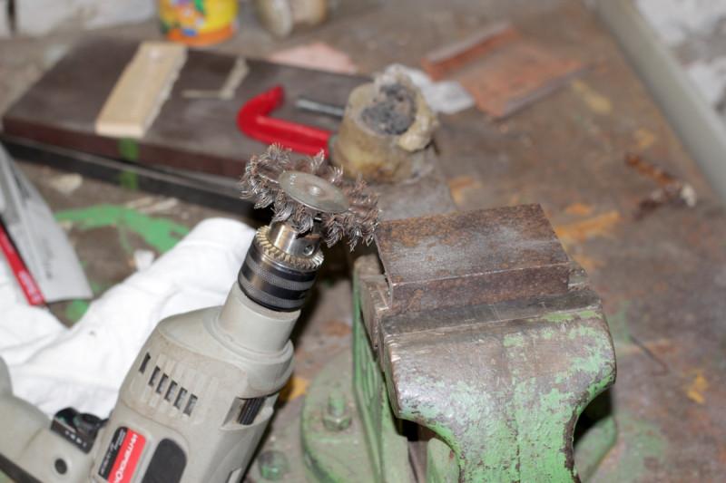Обработка заготовок вращающейся стальной щёткой от ржавчины