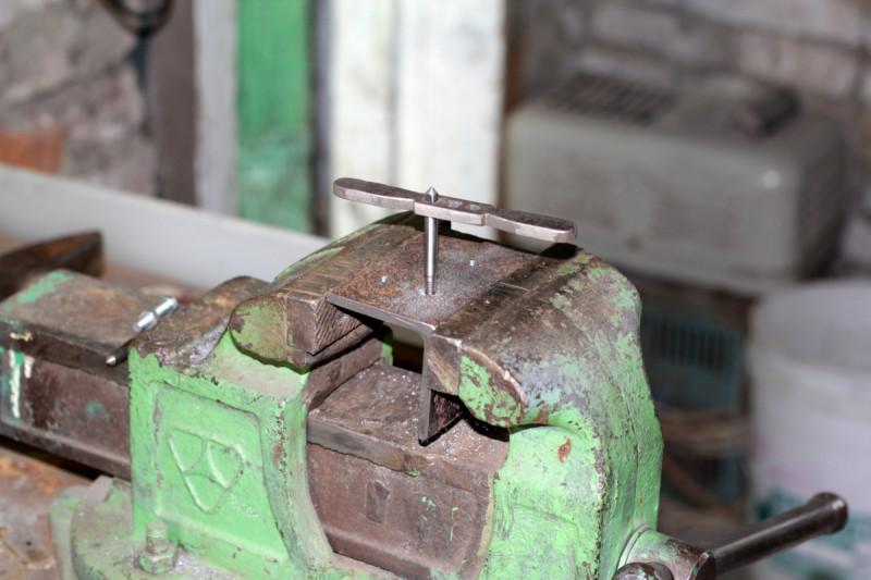 Нарезка резьбы М6 в отверстиях подручника для регулировки по высоте