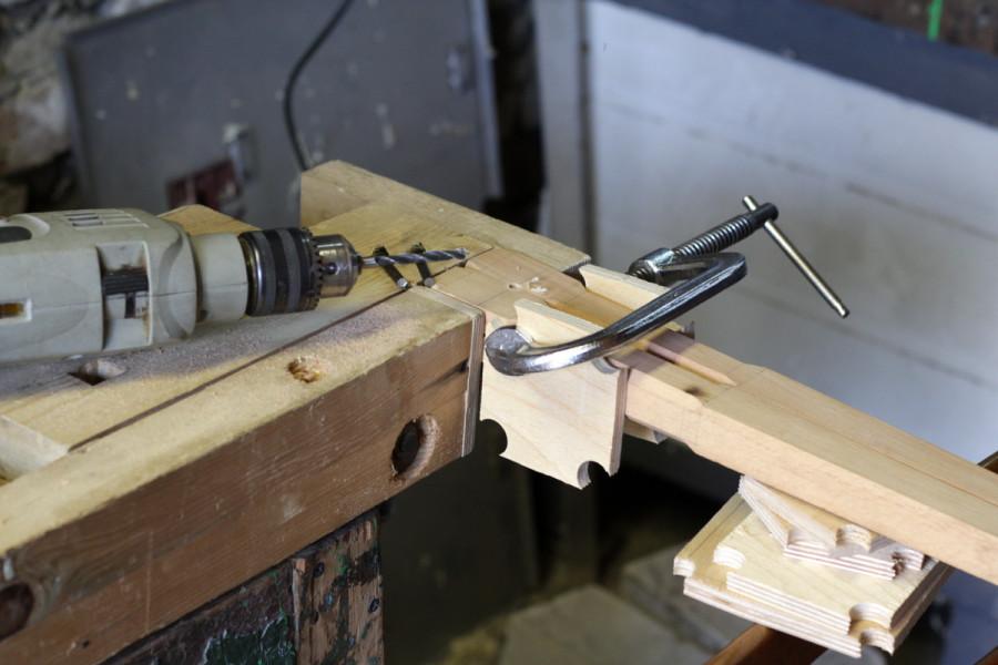 Сверление в стойках полуцилиндрических отверстий под штифты