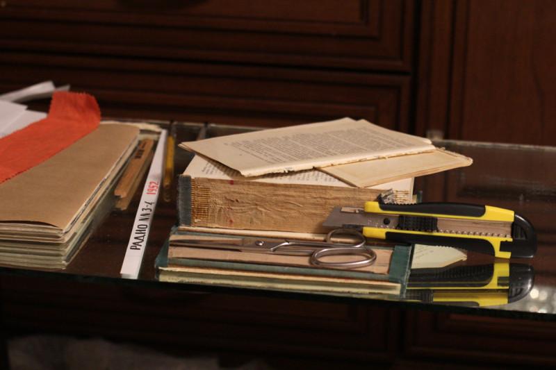 Разборка книги - отделение крышек и крайних терадей
