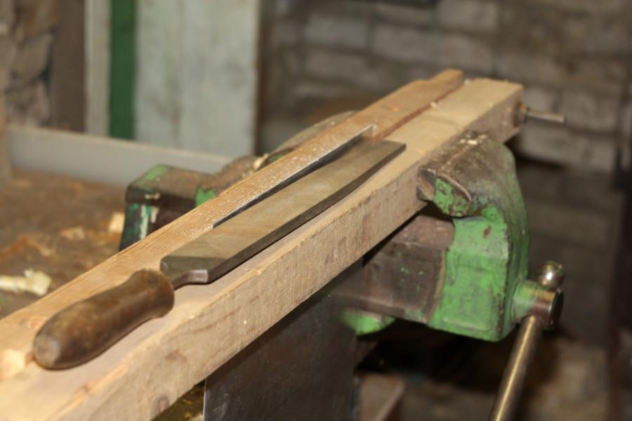 Обработка края листа в листовых тисках напильником