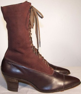 3774f1d51 В 60-х годах 19 века носили туфли и ботинки на шнурках,с  квадратным,округлым или острым носком,у туфель –лодочек высота каблука была  2,5-3см,прямые изнутри ...
