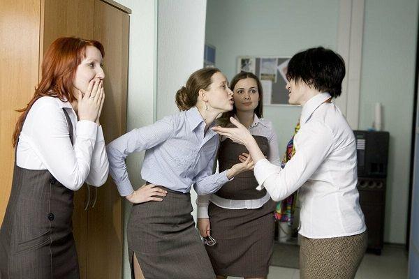 Приятель работает в женском коллективе, при встрече с их мужьями отводит глаза