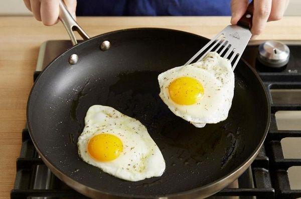 Пришла Татьяна к мужчине домой на романтик, а он ей яйца на кухне готовит