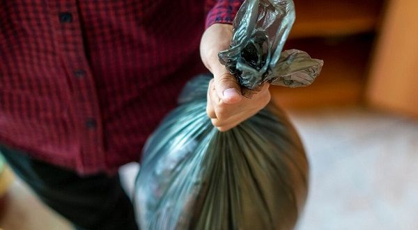 Вынес один раз чей-то мусор оставленный в подъезде, теперь соседи постоянно ставят новый мешок