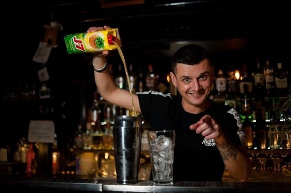 официант бара уебар, обслуживание официантом, новый бар в Питере