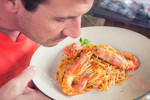 Муж спалился. Семья ест макароны и картошку, а муж втихаря креветки и ветчину