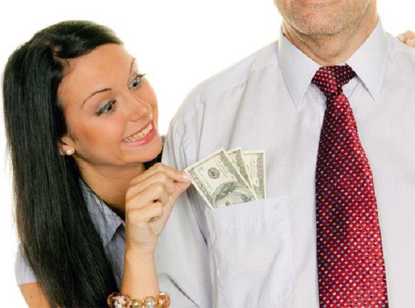 Тратит деньги мужа на молодого любовника