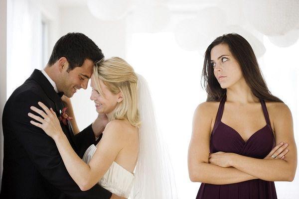 Дарил вещи жены молодой любовнице