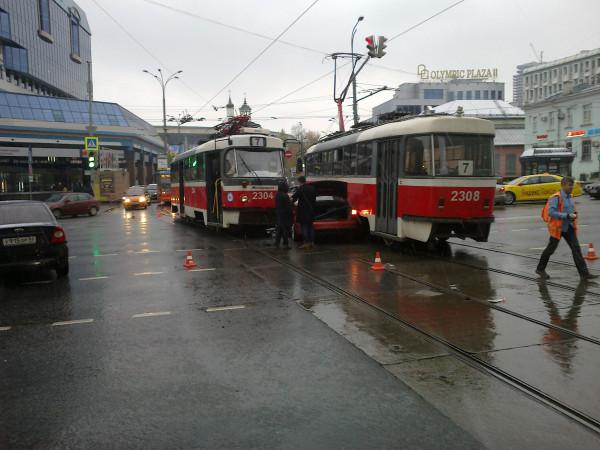 В центре Москвы трамваи раздавили иномарку