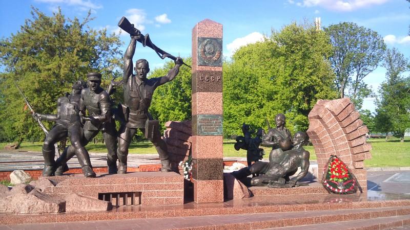Скульптурная композиция «Героям границы, женщинам и детям мужеством своим в бессмертие шагнувшим».