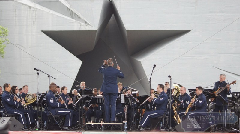 Военный оркестр военно-воздушных сил США в Европе покорял брестчан маршами, увертюрами и бродвейскими мюзиклами у входа в крепость в 2015 году в преддверии Дня Победы.