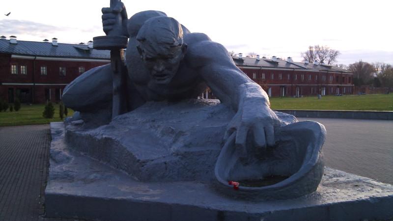 Монумент Жажда - память о драматических первых днях войны, когда был выведен из строя водопровод, а подступы к реке постоянно обстреливались.