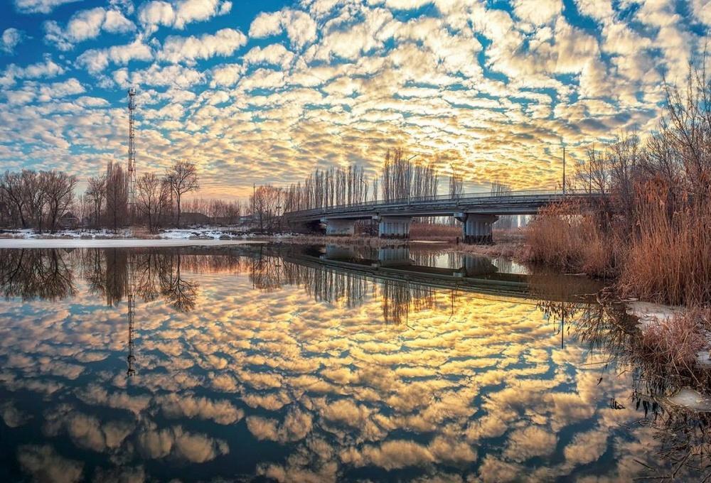 Весенний закат на реке. Перьевые облака.