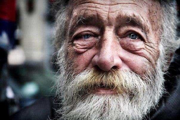 Старик бомж со слезами в глазах. Плачущий старик, дедушка плачет