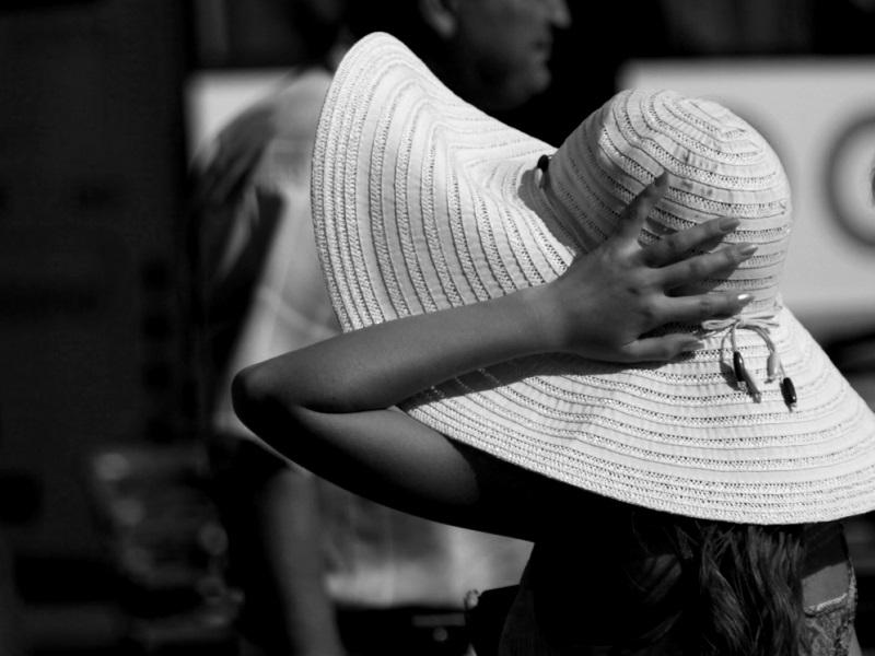 Девушка-придерживает-рукой-широкополую-шляпу-1256635698_90