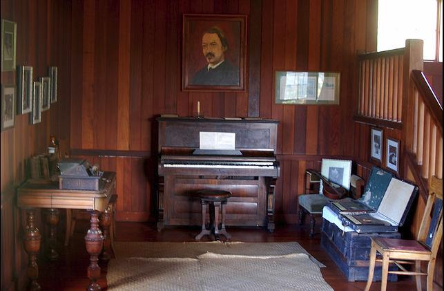 музыкальная комната у лестницы