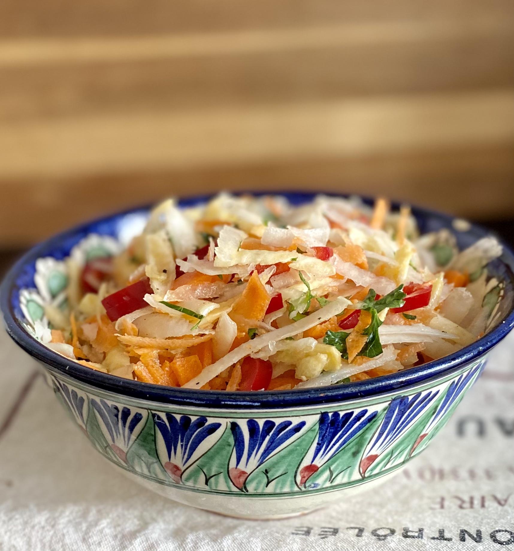 Вкусный зрустящий и полезный щимний салат.