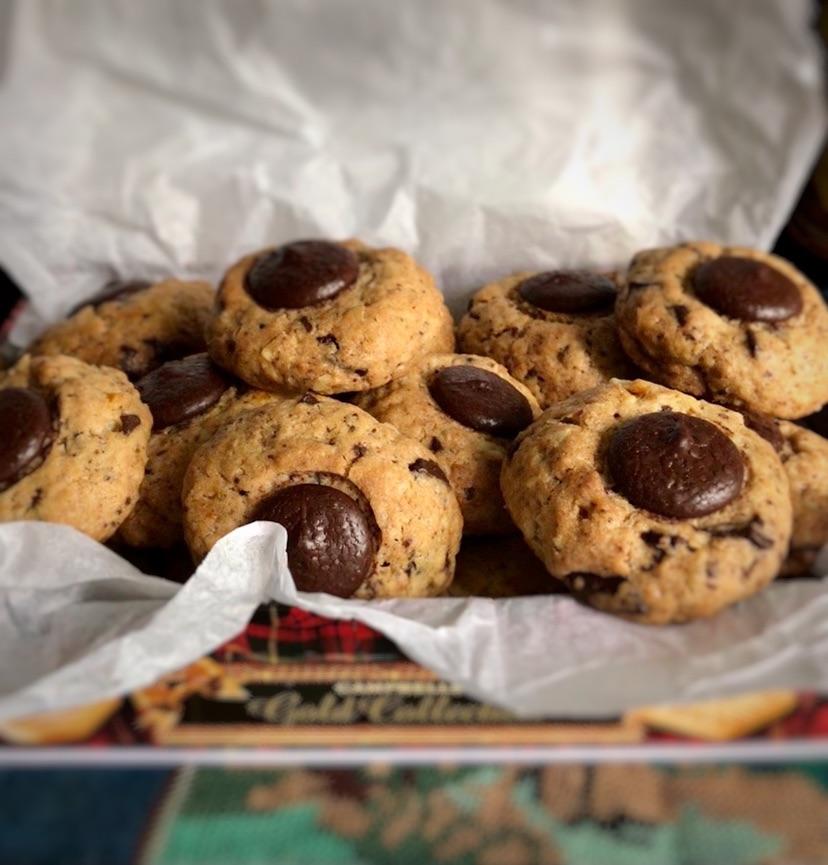 Очень простое печенье, которое любят дети, им и пекла, но в журнале не было.Предлагаю в раунд шоколада и орехов в оном боюде