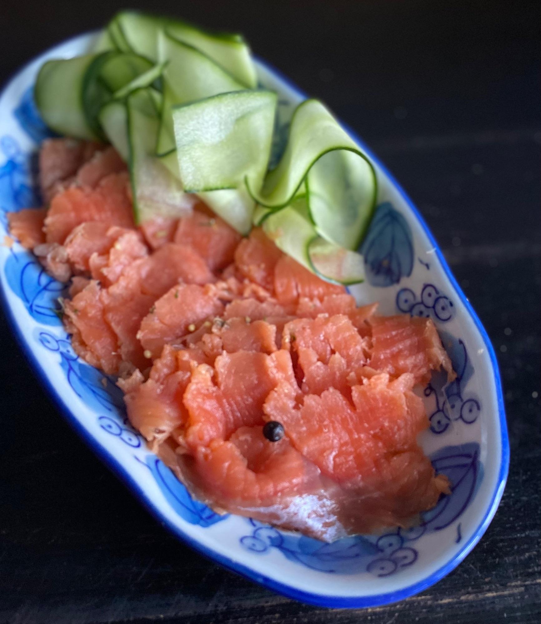 Осередной рецепт соленой рыбы, делаю второй раз подряд. Особенно подходит, мне кпдется для нежирной рыбы, у меня - дикая кета.