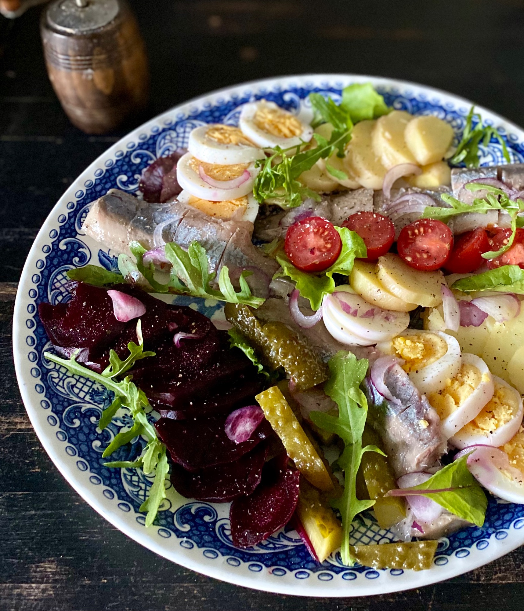 У нас внезапно случилась жара и вот такой холодный салат ужин с голландской селедкой.