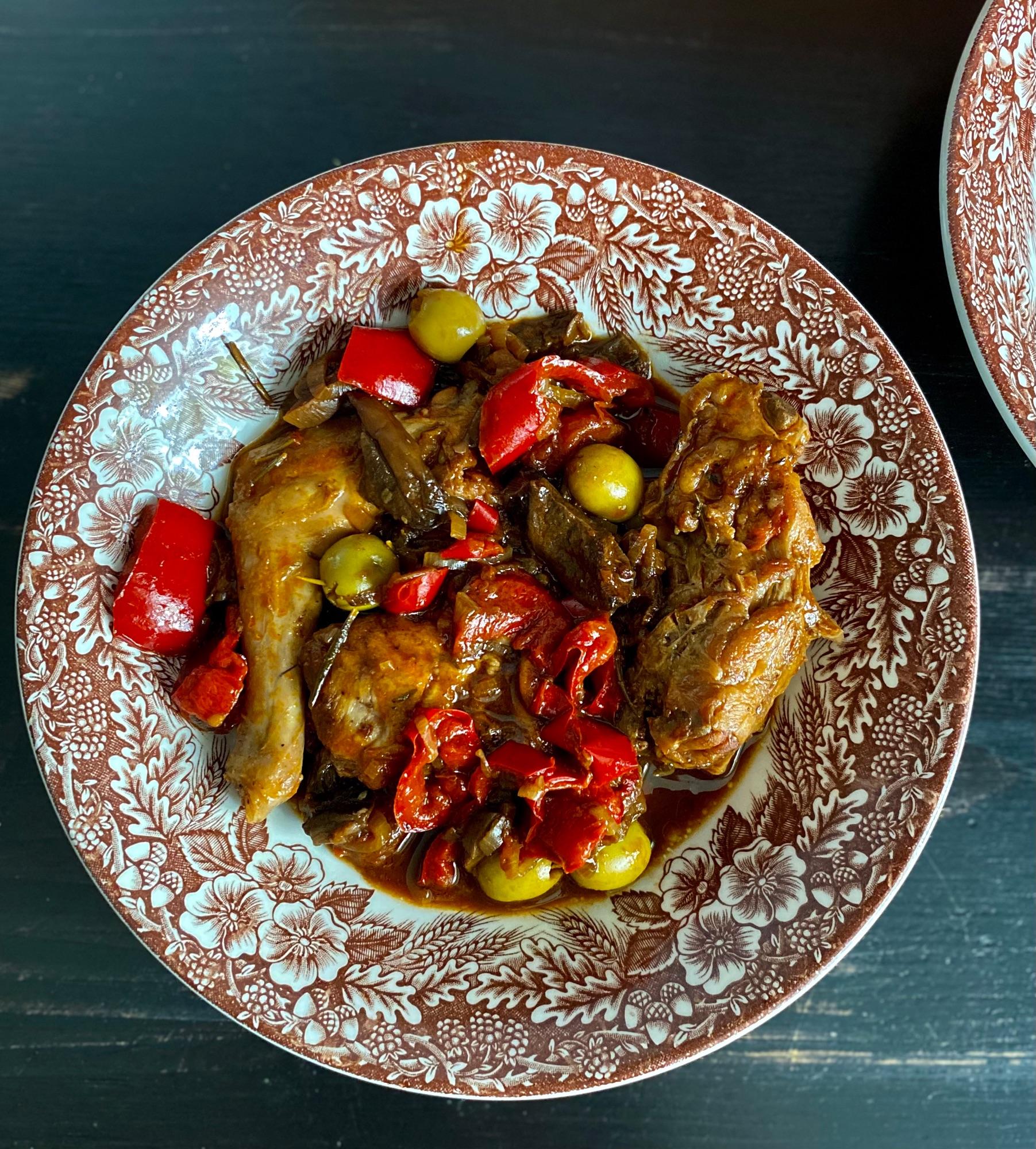 На манер каччиаторе. Это блюдо есть в Италии во многих региональных кухнях, да и французкая курица по - провански очень похожа. Вариаций рецептов множество, с красным вином, с белым, и как у меня сегодня вовсе без вина, но очень вкусно..