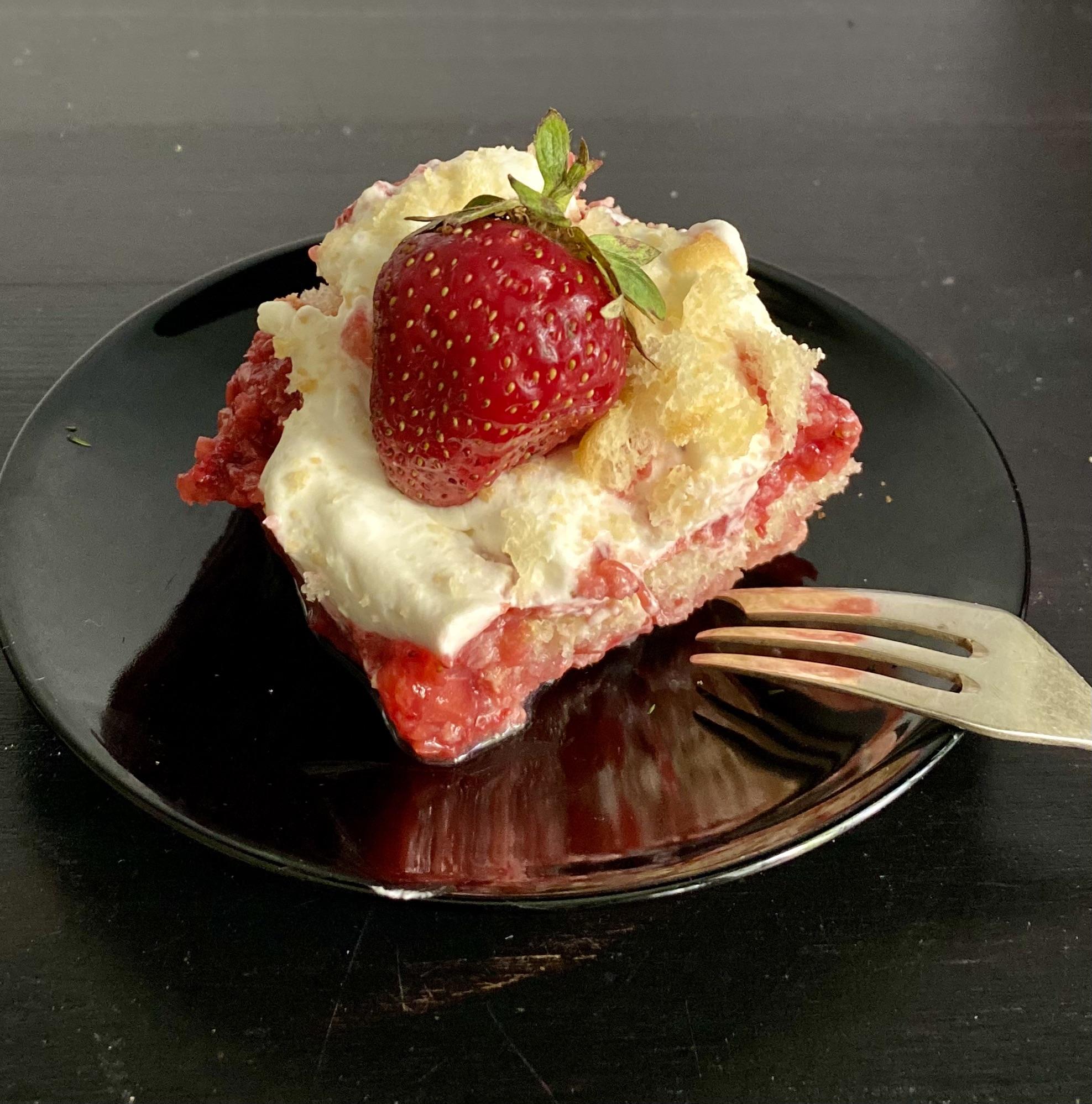 Только ленивый еще не сделал какой-нибудь десерт из клубники)))), но ленивей этого трудно представить.. рецепт здесь