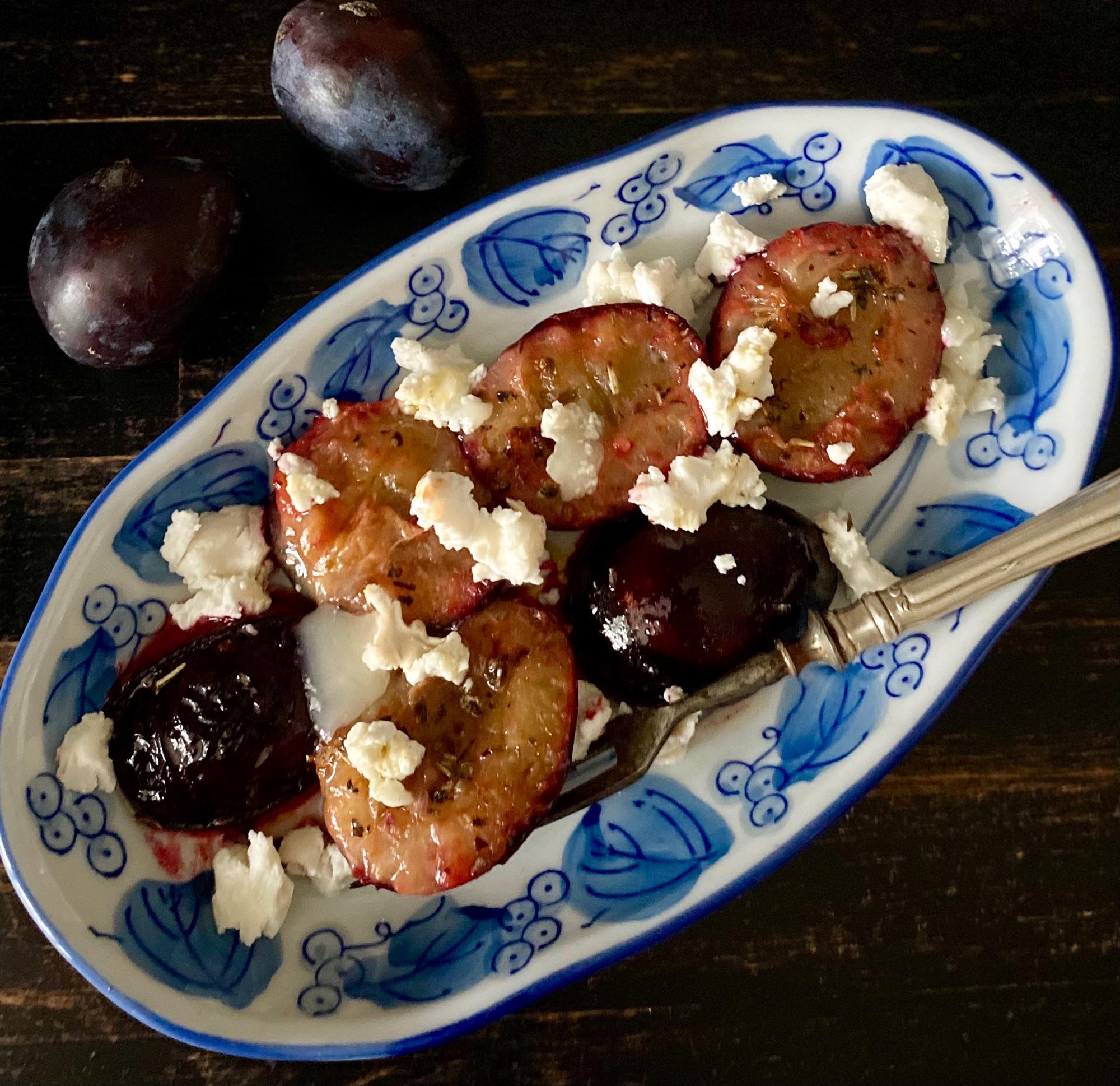 Если у вас есть кусочек хорошего козьего сыра и несколько слив, за 5 мин можно приготовить прекрасную закуску.