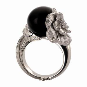 3 Коллекция Gardenias, кольцо из белого золота с бриллиантами и ониксом