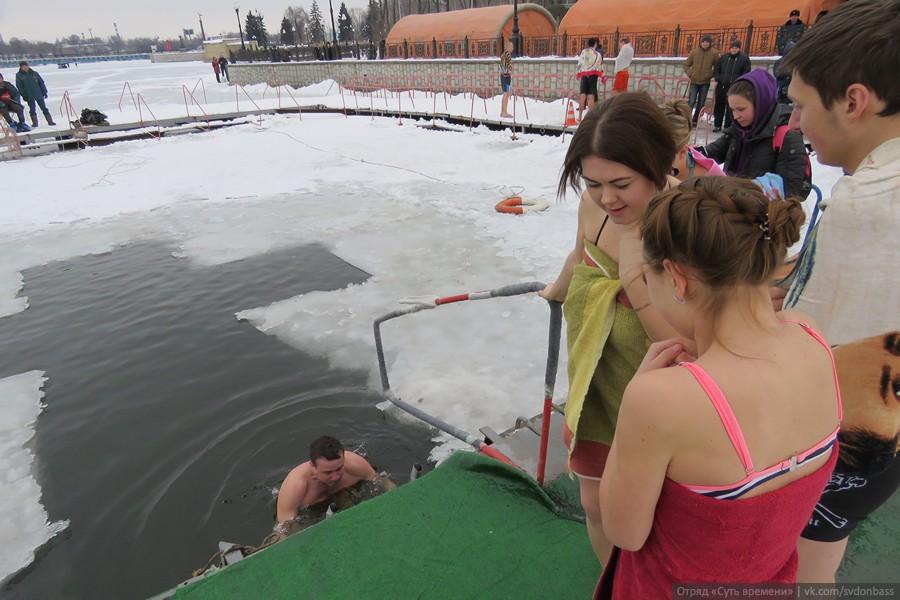 В Донецке проходят крещенские купания