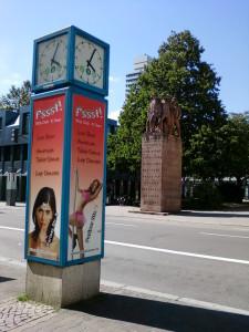 Реклама стриптиз-клуба в Кайзерслаутерне напротив памятника солдатам 23-го Баварского пехотного полка, павшим в первую мировую войну.