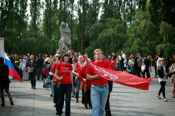 шествтие к памятнику советскому солдату