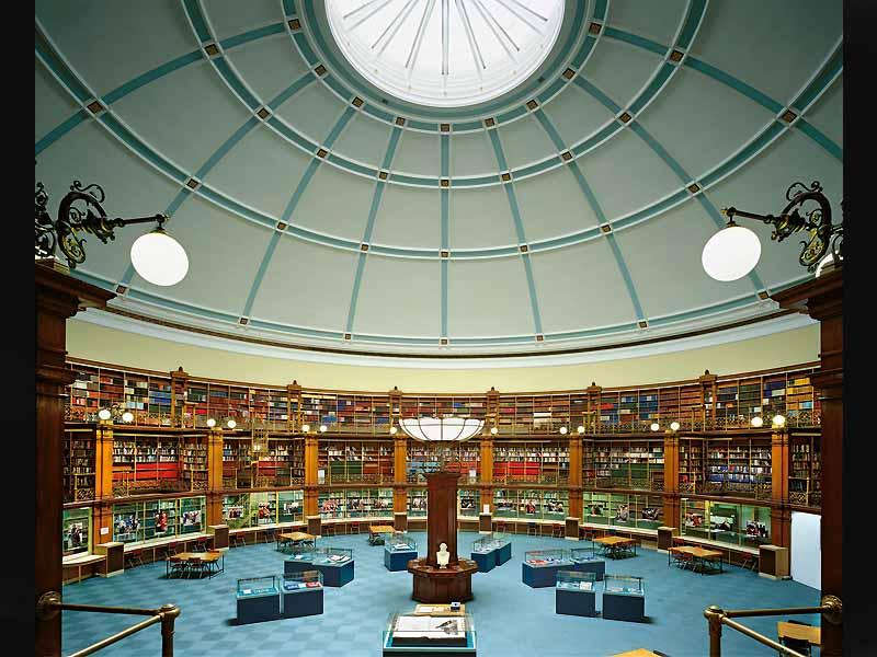 Читальный зал в Ливерпульской публичной библиотеке Англия