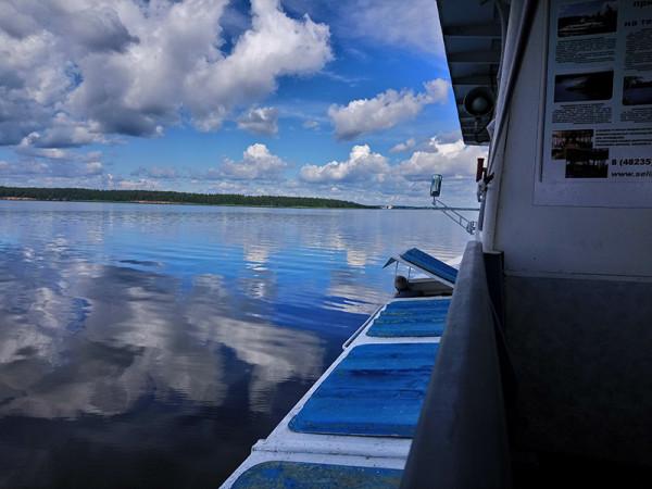 Селигер Небо Облака Вода бакены и одинокий рыбак