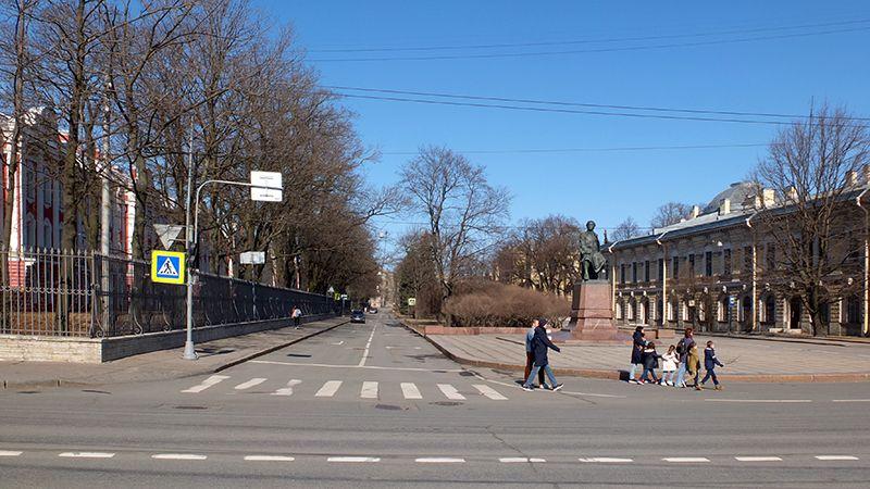 Полноводная Нева Университетская набережная Университет DSCF7050