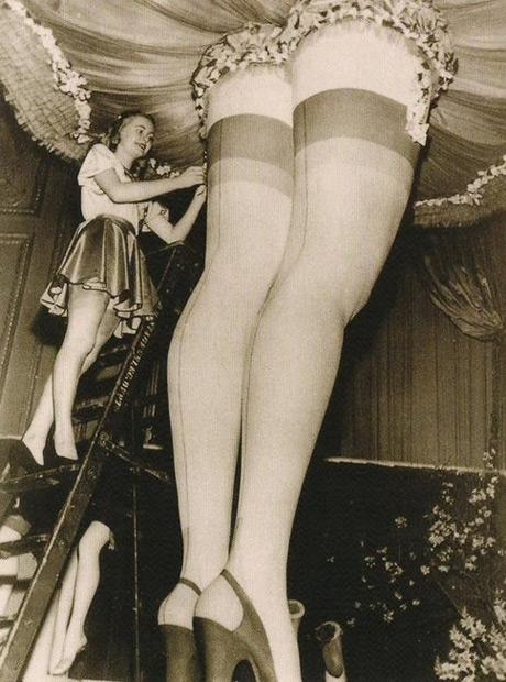 фото женщины в чулках ретро