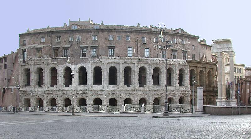 В средние века Театр Марцелла был перестроен в крепость, а потом над ним надстрили дворец знатного семейства Орсини