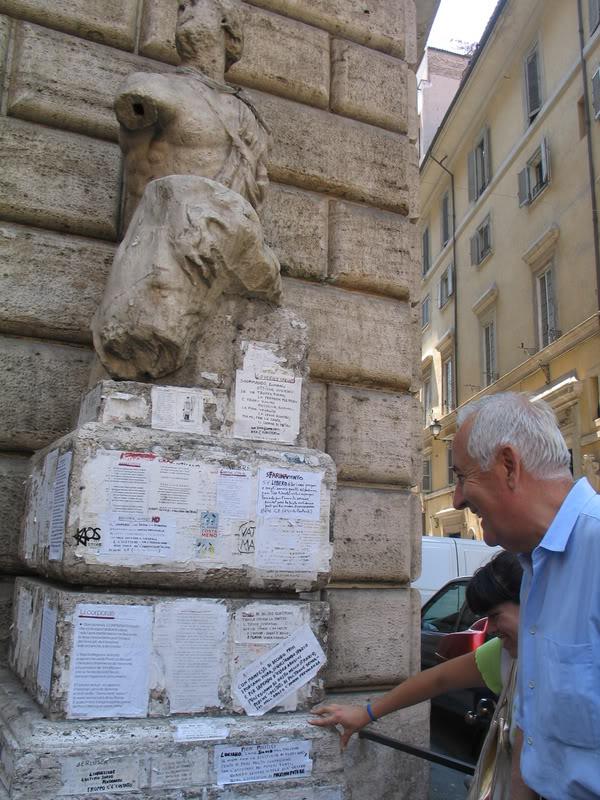 Статуя Пасквино на площади Пасквино