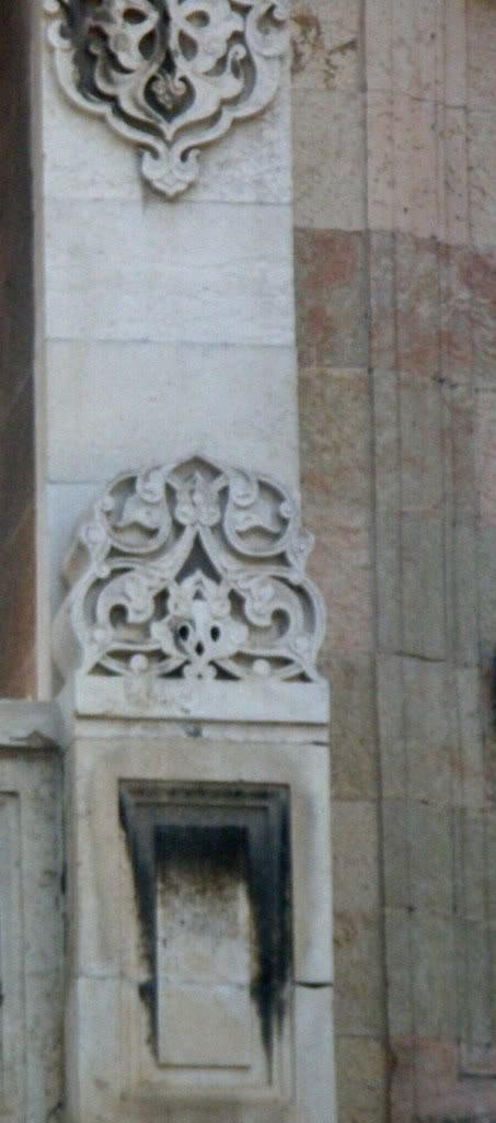 """Резные каменые узоры на фасаде отеля """"Палас"""""""