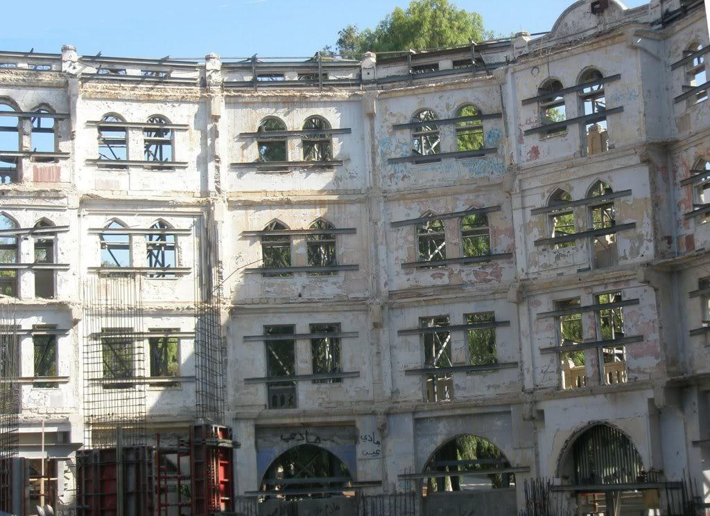 Начало строительства. От старого отеля остались только стены. Июль 2007 года