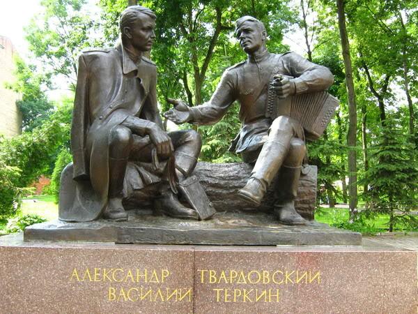 Памятник Василию Теркину и Александру Твардовскому в Смоленске. Скульптор А.Г. Сергеев. 1995 год