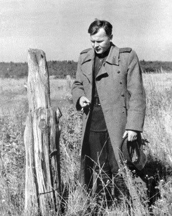 Александр Твардовский на пепелище родного хутора Загорье
